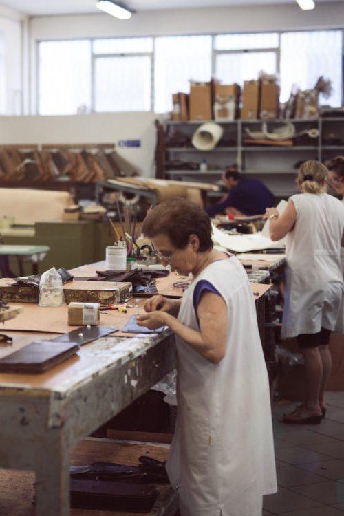 Artisan travaille cuir